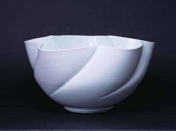 「白磁花形花器」高さ23cm、径44cm