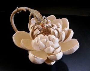 「蓮の花とカメレオン」高さ22cm、31×24cm