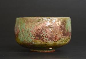「青織部茶碗」高さ7.4cm、口径12cm *白土で成形し銅の削りかすを主成分にした織部釉を掛けて2時間焼成。1,280度で引き出してもみ殻の中へ