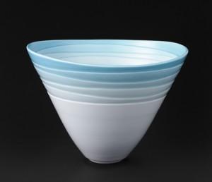 「白磁青釉刻文花器」高さ25cm、径33cm