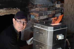 茶碗をメインに制作する橋本達也さん。焼き過ぎて蓋が破損したので修理したばかり