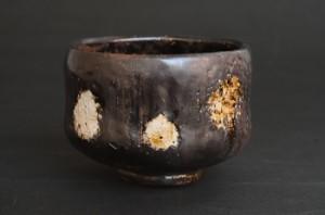「引出黒茶碗」高さ8.2cm、口径11cm *楽白土で成形して加茂土釉を施釉。2時間焼成し、1,100度で引き出し水の中に入れて急冷