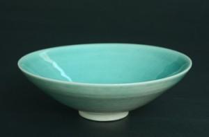 「トルコ青釉茶碗」高さ4.7cm、口径15.2cm *半磁土で成形し、トルコ青釉を掛けて2時間1,280度で焼成