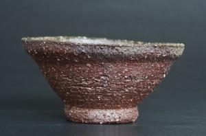 「焼締茶碗」高さ6.2cm、口径13cm *錆土の粗目で成形し、1,340度で4時間焼締焼成