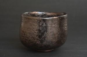 「引出黒茶碗」高さ8cm、口径10.3cm *楽白土で成形して加茂土釉を施釉。2時間焼成し、1,100度で引き出し水の中に入れて急冷