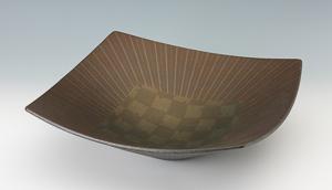 小山耕一「幾何文四方鉢」高さ13cm、径42cm