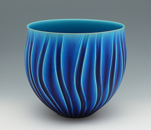 茨城交通賞 宮西篤士「青釉彫文花器」高さ32.5cm、36.4×35.3cm