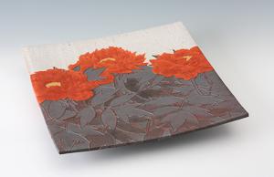 望月 集「牡丹図台皿」高さ7.5cm、45.5×46cm