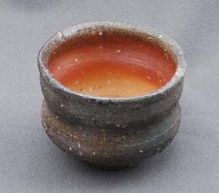 焼き籾殻をまぶした道具土を支柱にしたぐい呑の内側は、かなり濃い緋色に焼き上がった