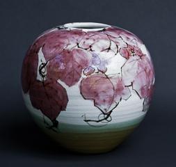 「鉄絵銅彩葡萄文花器」 高さ31cm、径31.5cm