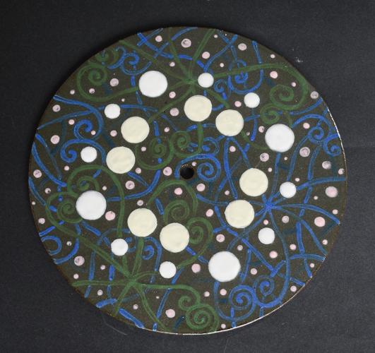 黒泥を白などの化粧土で装飾した時計盤