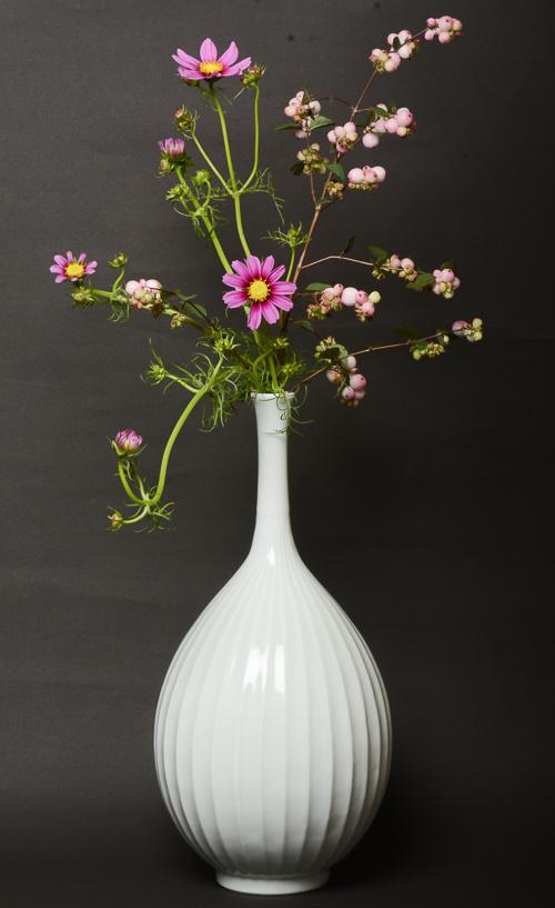 「鎬文鶴首瓶」高さ40.5cm、径19cm