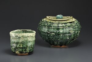 「緑釉茶碗」高さ10.2cm、径11cm 「緑釉水指」高さ16cm、22.5×20.5cm