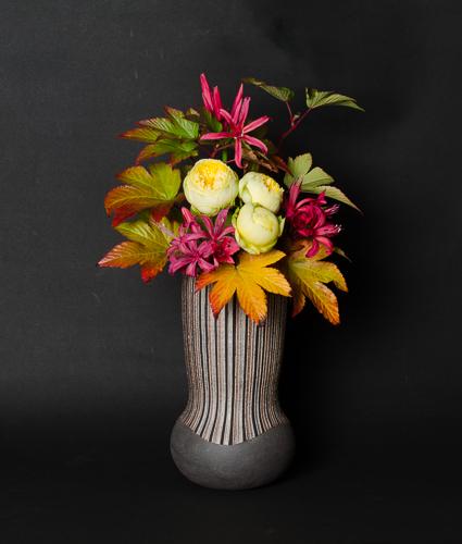 「線文象嵌加彩花器」高さ22.5cm、径13cm