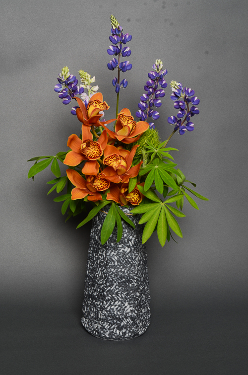 「吹泥金彩花入」高さ20.5cm、9.5×9.5cm