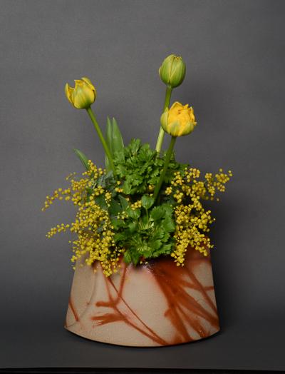 「緋襷花器」高さ16.6cm、26×14.8cm