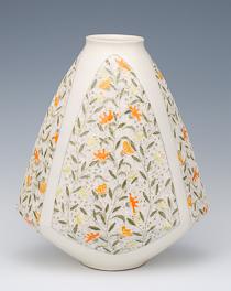真鍋千恵子「彩泥花器」 高さ48cm、40×30cm