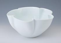 奥川俊右衛門「白磁花弁花器」 高さ19cm、36×36cm