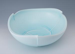 札幌インテリアアクア賞 明石拓馬 「青白磁鉢 蒼穹」高さ17.2cm、42.5×42.5cm