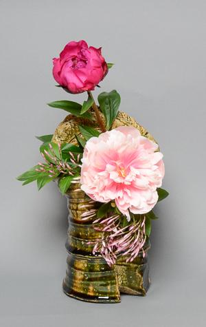 「織部手桶花生」高さ26cm、16.5×13cm