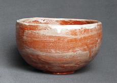 赤楽釉は福島釉薬製で1回塗り。焼成温度は900度だが、6分ほどの焼成では、釉薬が熔け切らずやや白っぽく焼き上がった
