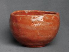 焼成時間を10分にした赤楽茶碗。釉薬も完全に溶け、ほぼねらいどおりの焼き上がりとなった