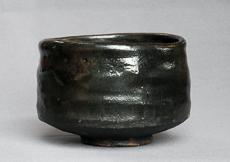 加茂川石を砕いてつくった釉薬を掛けた黒楽茶碗。しっとりとした艶消し状に焼き上がった