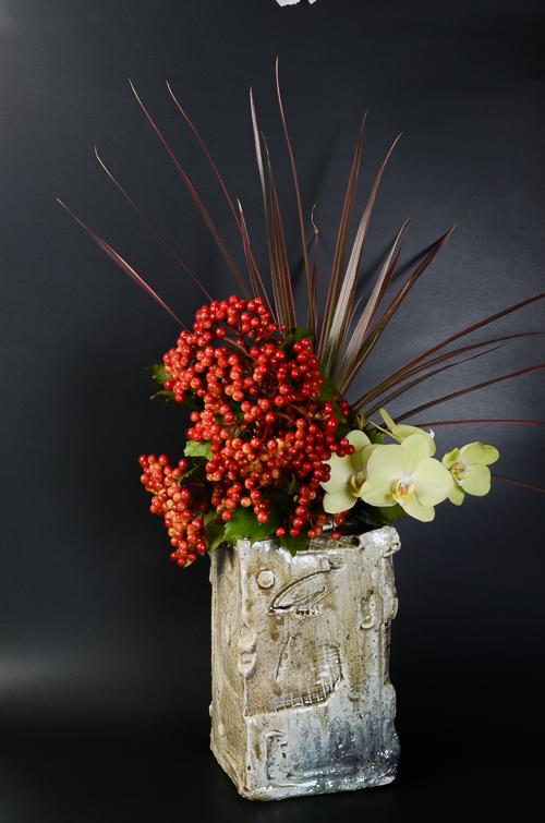 「焼締角花入」高さ23.5cm、14×14cm