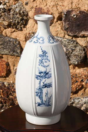 「染付花卉文瓶」高さ33cm、径18cm