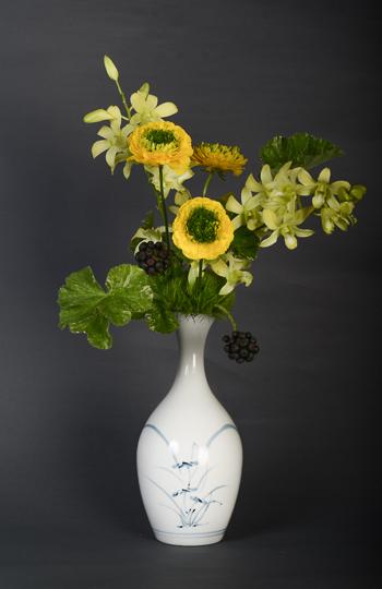 「染付蘭文瓶」高さ23.8cm、径11.3cm