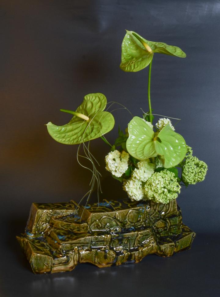 「織部花器」高さ18cm、43×15cm