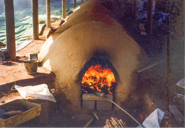 ⑫ 火前に磁器を入れたさや鉢を、その背後には磁器を裸のまま詰め、当時のままのやり方で焼成