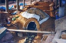 ⑦ 下から土を積み上げる(土は唐津焼の一大生産地・椎ノ峯の窯土にシャモットを加えたもの)